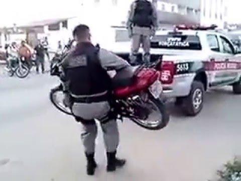 Esse policial é barril dobrado