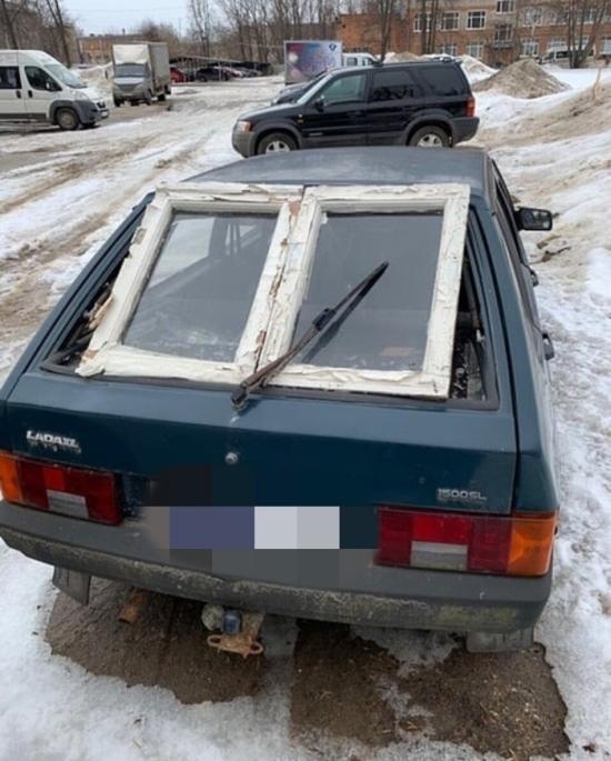 carro com janela de casa adaptada