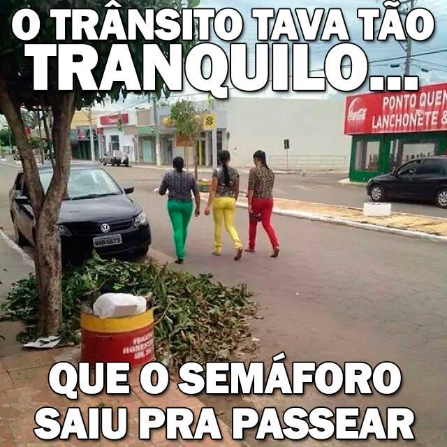 mulheres vestidas com as cores do sinal de transito