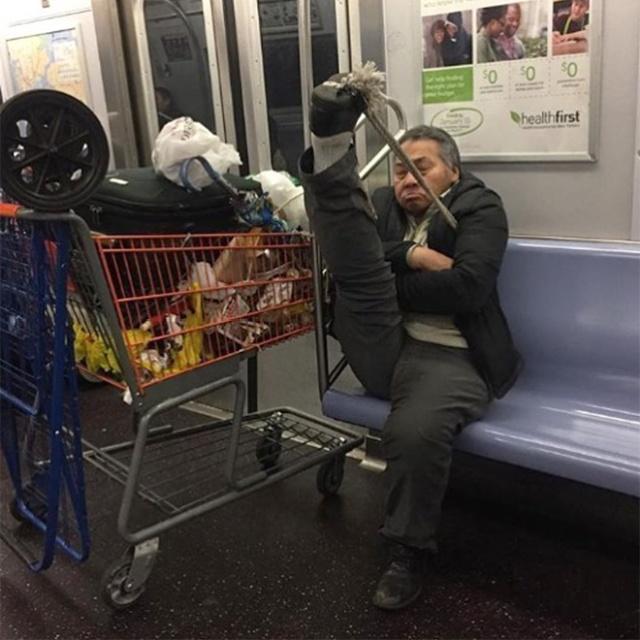 Pessoas no metrô 12