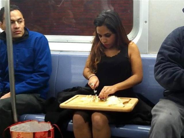 Pessoas no metrô 16
